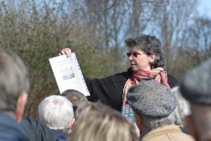 Angela Pfennig, promovierte Gartenbauhistorikerin aus Stralsund, setzt die Besucher bei der Führung durch die Anlagen des Klosters St. Jürgen vor Rambin in Erstaunen.