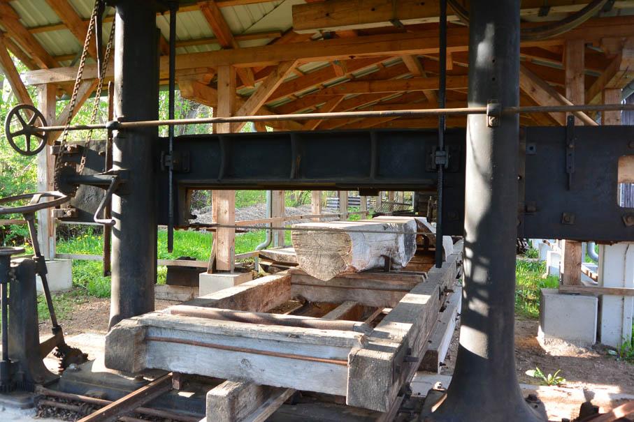 Auf dem Programm steht auch eine Schau-Sägevorführung mit dem wiederaufgebauten Horizontalsägegatter. Es ist das Älteste seiner Art in Mecklenburg-Vorpommern.